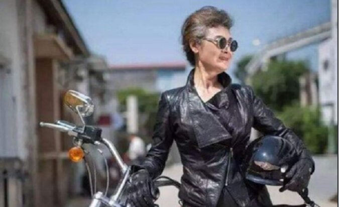 """76-letnia chińska babcia Huang Yanzhen. Podróżuje po świecie i jest symbolem wolności od pojęcia """"starość"""""""