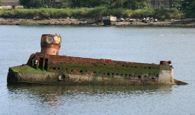 Cóż za niezwykła łódź podwodna stoi porzucona na środku zatoki?