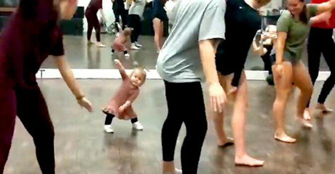 """Dziewczynka w wieku 2 lat zabawnie """"uczy"""" tańca"""