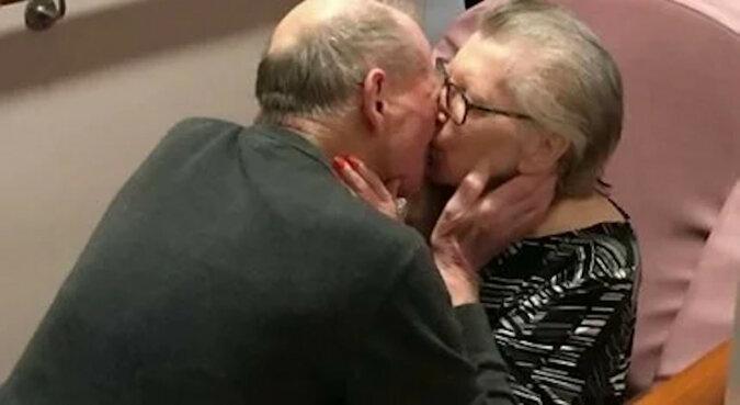 Niesamowite: wzruszające spotkanie starszej pary po 8 miesiącach rozłąki