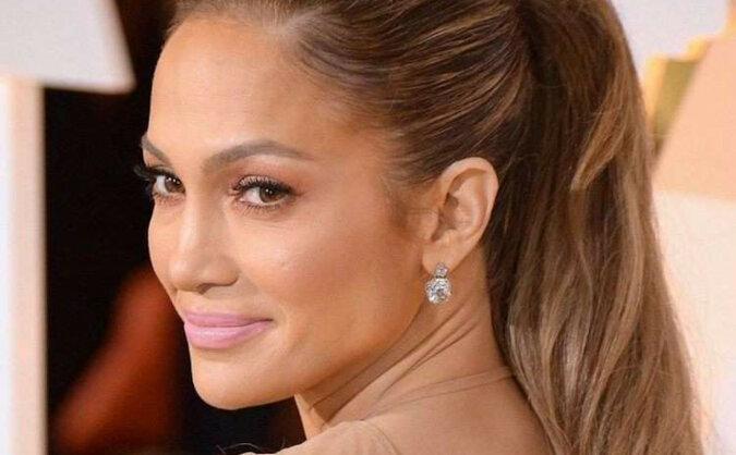 """""""Stylowy wygląd"""": Jennifer Lopez pojawiła się w różowym dresie i masce z cekinami"""
