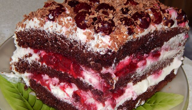 """Przygotowujemy tort """"Czarny las"""" z wiśnią"""
