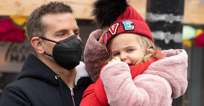"""""""Od razu widać, że tata ją ubierał!"""" Bradley Cooper z córką na spacerze"""
