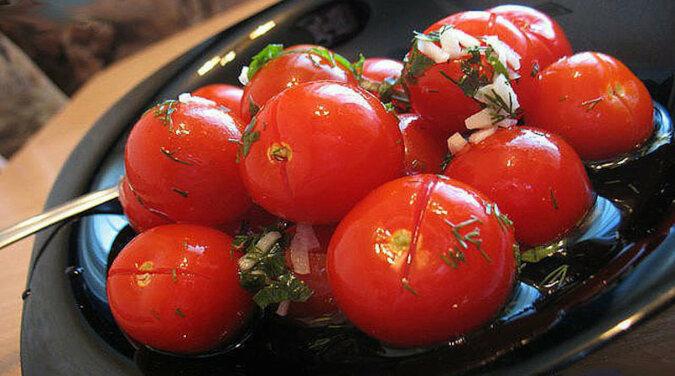 Lekko solone pomidory z czosnkiem. Smak jest niesamowity