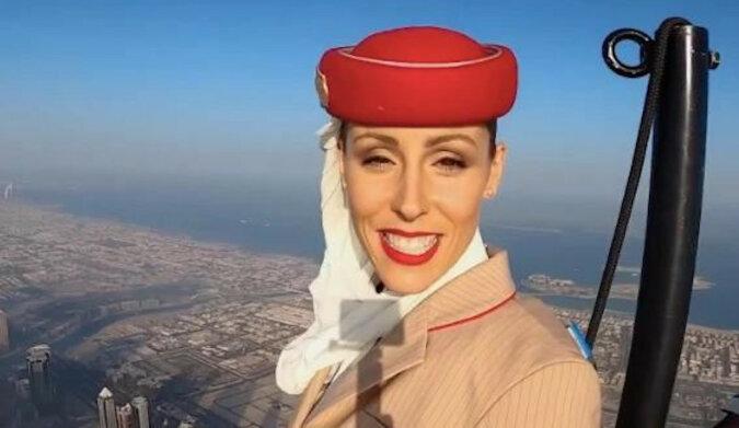 """Linia lotnicza Emirates Airlines nagrała reklamę ze """"stewardesą"""" na szczycie najwyższego budynku na świecie"""