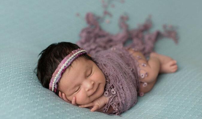 Wybór najsłodszych i bezcennych uśmiechów noworodków