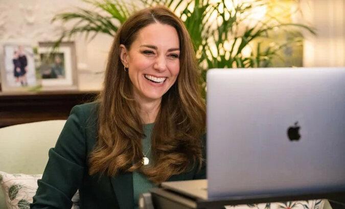 """""""Urocza, jak zawsze!"""": Kate Middleton w śmiesznej czapce nakręciła siebie na wideo"""