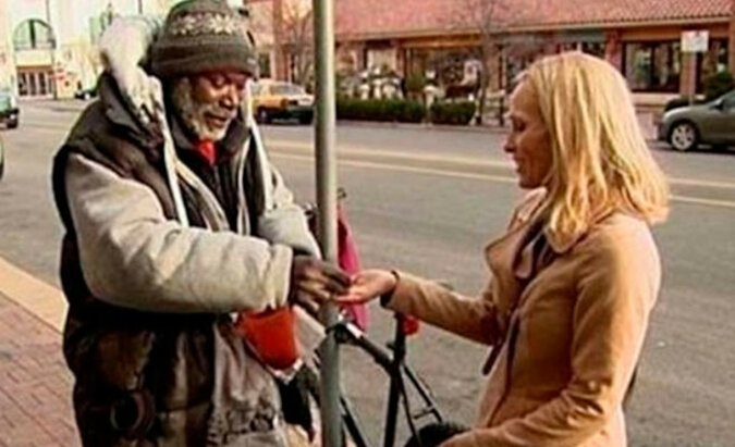 Kobieta wraz z jałmużną przypadkowo oddała obrączkę bezdomnemu mężczyźnie