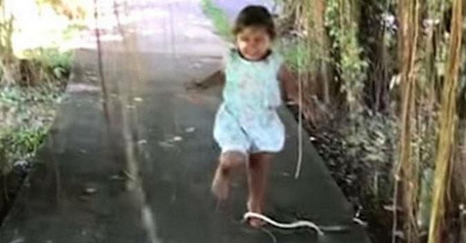 Mała dziewczynka stała się sławna w sieci, ponieważ nie zauważyła ataku węża