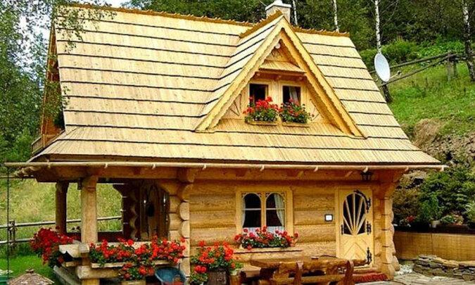 Ten mały dom z bali ma zaledwie 27 metrów kwadratowych, ale ma wszystko dla wygody