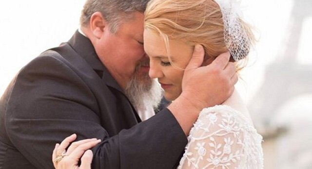 Panna młoda składa w dłonie swojego ojca najlepszy prezent w dniu ślubu. Przeczytaj, co to było