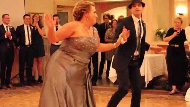 Zabawny taniec mamy na weselu syna