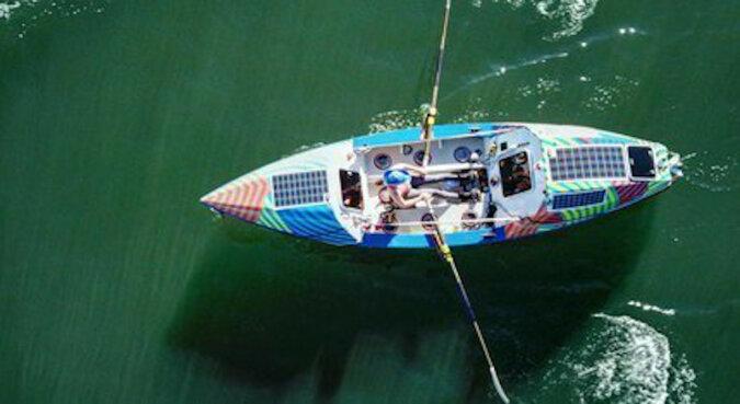 """""""Błagałem rekina, aby odpłynął"""": samotna kobieta przepłynęła 4000 km łodzią z wiosłami"""