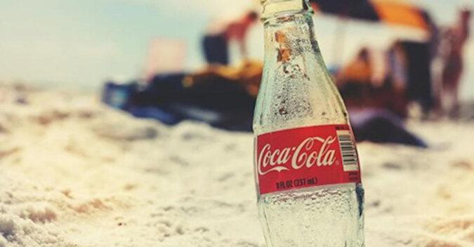 Chłopak jako eksperyment zostawił wystawioną na słońcu przez miesiąc butelkę Coca-Coli. Chciał zobaczyć wyniki
