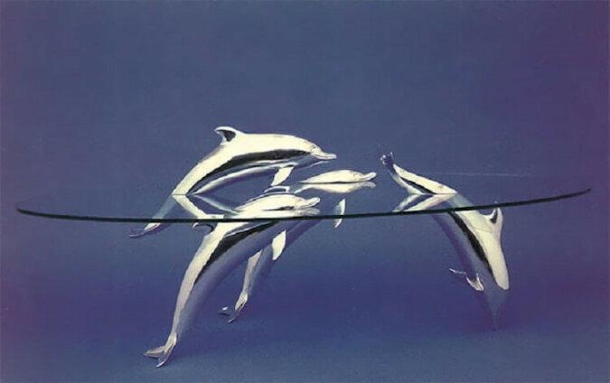 Te niesamowite stoły tworzą iluzję zwierząt wyglądających z wody