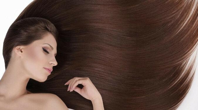 Dziewczyna pokazała lifehack, aby zachować idealną fryzurę po umyciu włosów. Wideo