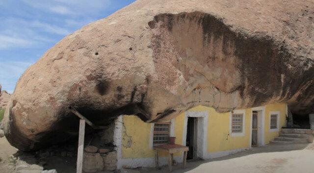 70-letni mężczyzna z Meksyku mieszka pod skałą na środku pustyni