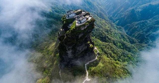 Życie nad chmurami: na górze o szalonej wysokości znajduje się świątynia, do której można się dostać, tylko...