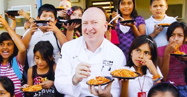 Restaurator już od kilku lat karmi tysiące biednych dzieci w elitarnej restauracji