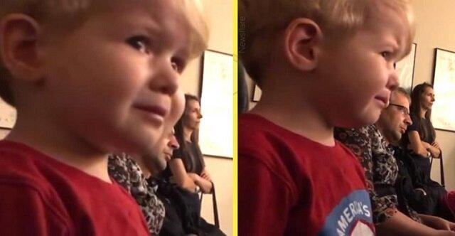 """Dwuletni chłopiec nie może powstrzymać łez, gdy jego starsza siostra gra """"Sonatę Księżycową"""""""