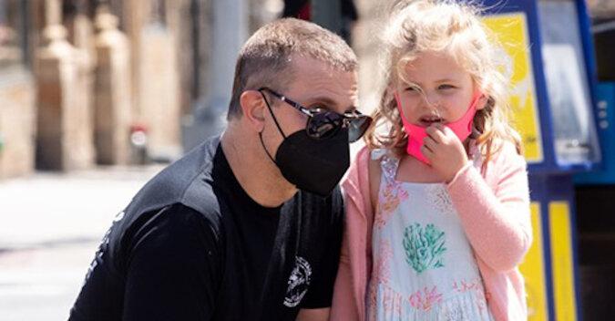 Chwila wzruszenia: niesamowicie uroczy Bradley Cooper na spacerze z córką Leią