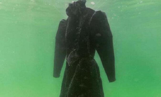 W ciągu dwóch lat na morzu suknia ślubna stała się dziełem sztuki