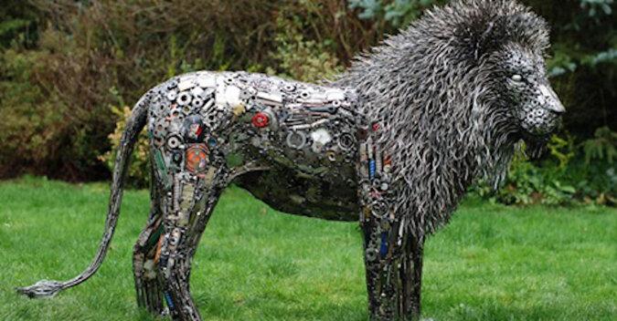 Artysta-samouk robi z metalowych części niesamowite rzeźby