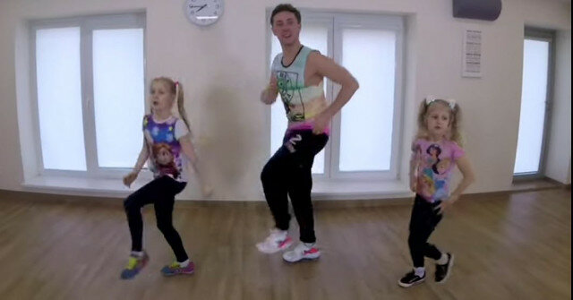 Niesamowity taniec taty z dwiema córkami. Niemożliwe jest siedzenie w jednym miejscu