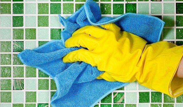 Jak pozbyć się brudu z łazienki w prosty sposób? Oto właściwy trik