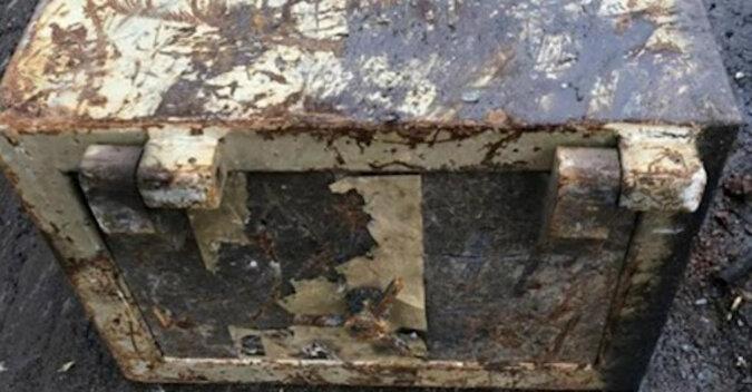 Zapieczętowana skrzynia służyła jako stół na strychu przez 30 lat, po czym została otwarta
