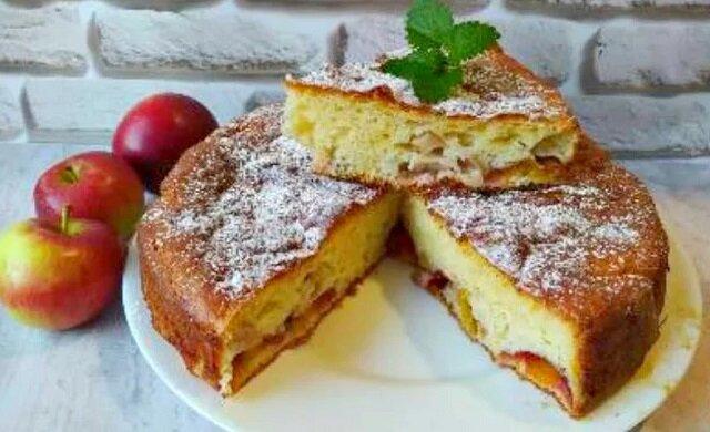 Ciasto z jabłkami i śliwkami jest pyszne
