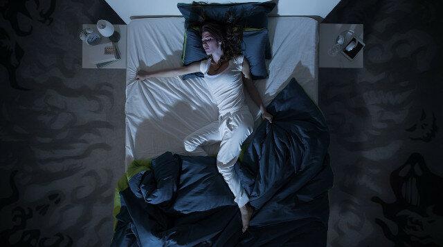 Dlaczego w nocy nie możemy przestać wystawiać jednej nogi spod kołdry