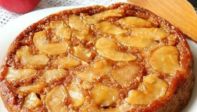 Pieczemy szarlotkę w nowy sposób: karmelowe ciasto jabłkowe