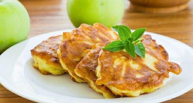Sycące i mega pyszne jabłkowe placuszki na śniadanie