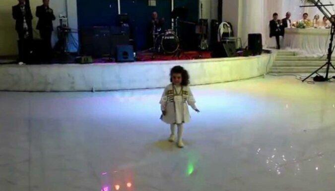 Dziecko ma zaledwie trzy lata, a tańczy gruzińskie tańce lepiej niż dorośli