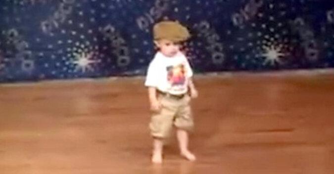 Zabawny taniec dzieciaka