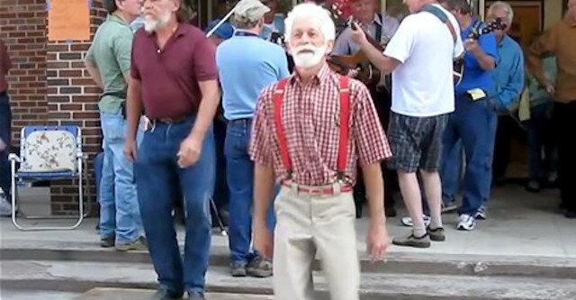 """""""Nieważki"""" taniec starszego mężczyzny"""