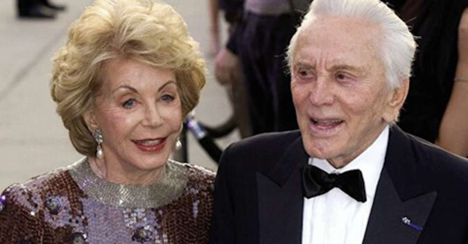 """""""Przestałem mówić o sobie i zacząłem jej słuchać"""": Kirk Douglas opowiedział, jak zabiegał o swoją żonę przez 65 lat"""