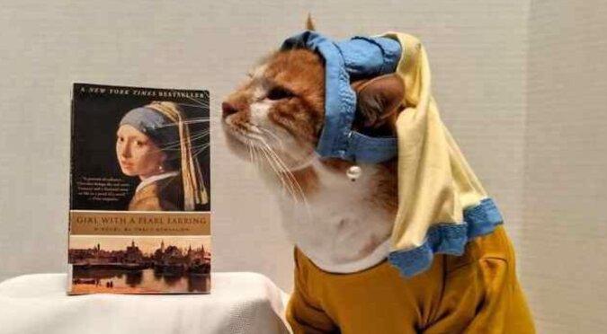 Kot Horatio, który jest ubierany w różne stroje zwabia dzieci do biblioteki