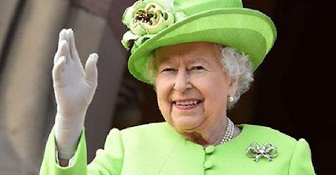 Zgarbiona i w chusteczce. Paparazzi sfilmowali Elżbietę II na terytorium Windsoru