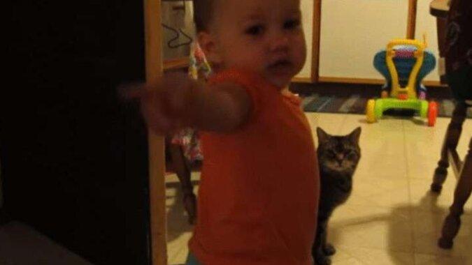 Przyjaciele nie wierzyli, że jego dziecko rozmawia z kotem. Ojciec nakręcił ten filmik
