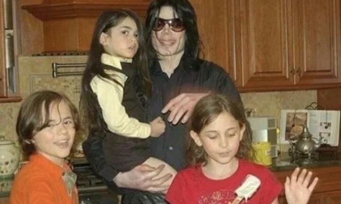 Kim stali się dzieci króla muzyki pop Michaela Jacksona: co robią, co osiągnęli i jak wyglądają