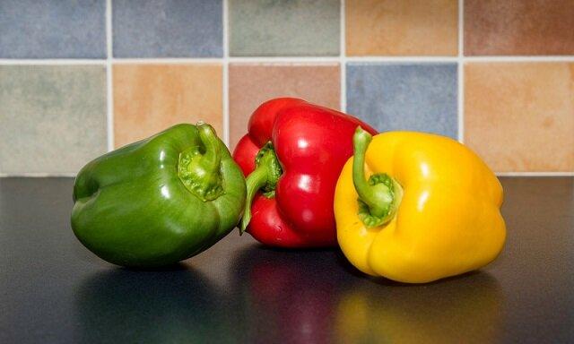 Różnice między zieloną, czerwoną i żółtą papryką do rozważenia podczas przygotowywania potraw