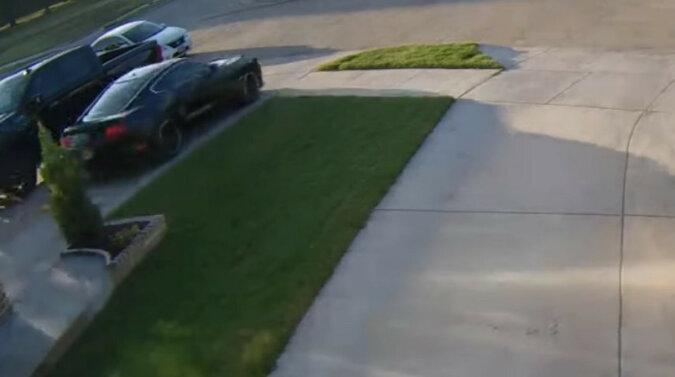 """Samochód """"zdenerwował się"""" i efektownie wyleciał z garażu. Wideo"""