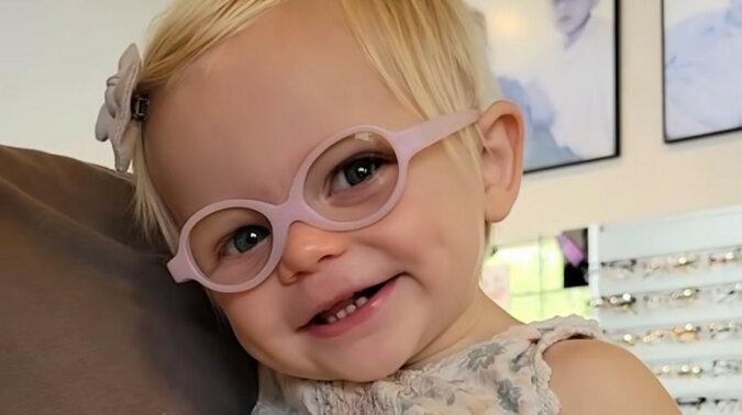 Dziewczynka po raz pierwszy przymierzyła okulary, a jej reakcja wzruszyła YouTube. Wideo