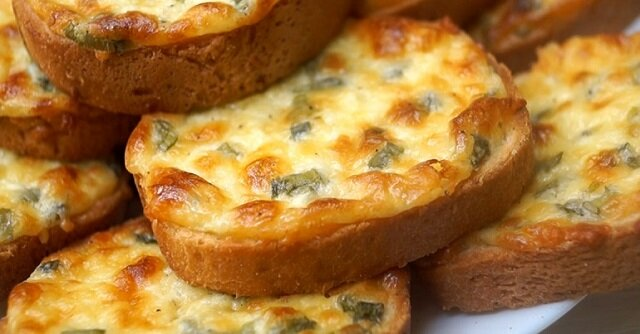 """Pyszne serowe grzanki """"pięćiominutówki"""" na śniadanie: palce lizać"""