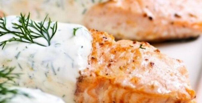 Pstrąg z sosem zapieczony w piekarniku: soczysta i aromatyczna ryba pod najdelikatniejszym sosem