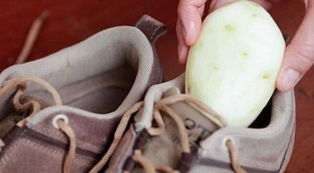 Świetny trik, który warto znać: włóż obrane ziemniaki do butów i zostaw na noc