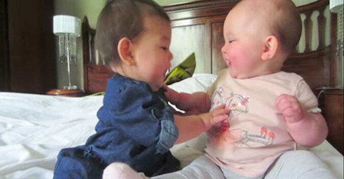 Wzruszający film z bliźniakami, jak zabawnie się bawią