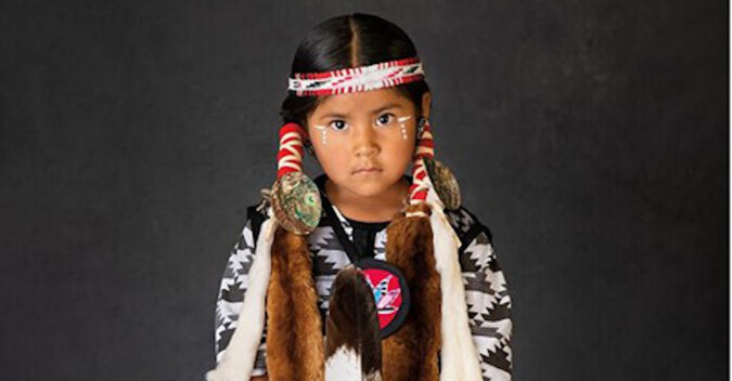 Tradycje przenoszone przez wieki: portrety miejscowych Amerykanów w strojach narodowych
